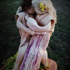 Szerelem - csuhéjelenet, Esküvő, Esküvői dekoráció, Nászajándék, Otthon & lakás, Dekoráció, Ünnepi dekoráció, Szerelmeseknek, Fonás (csuhé, gyékény, stb.), Saját termesztésű, természetes színű kukoricacsuhéból formált meghitt pillanat 13x15 cm-es fenyőfata..., Meska