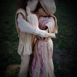 Szeretet - csuhéjelenet, Esküvő, Esküvői dekoráció, Nászajándék, Otthon & lakás, Dekoráció, Ünnepi dekoráció, Szerelmeseknek, Fonás (csuhé, gyékény, stb.), Saját termesztésű, természetes színű kukoricacsuhéból formált meghitt pillanat 13x15 cm-es fenyőfata..., Meska