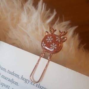 Szarvas alakú téli könyvjelző narancs-réz színben, Otthon & Lakás, Papír írószer, Könyvjelző, Mindenmás, Szarvas formájú könyvjelző, hópihe díszítéssel, műgyanta technikával.\n\nSúlya: ~5g\nMérete: a szarvasf..., Meska