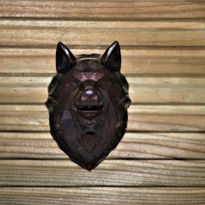 Farkas geometrikus totemállat dekoráció dísz tárgy ajándék születésnapra névnapra bármilyen alkalomra, Otthon & Lakás, Dekoráció, Dísztárgy, Mindenmás, Ezt a farkast gyantából készítettem.\nÖnmagában is alkalmas dekorációként vagy kiegészítőnek de akár ..., Meska