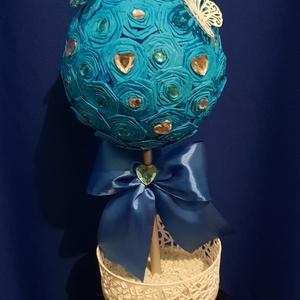 Lepkés gömbfa, Lakberendezés, Otthon & lakás, Asztaldísz, Dekoráció, Papírművészet, Mindenmás, Kék kreppapírból ,hajtogatással készült virágokkal díszített gömb,melybe egy ezüstre festett fa lett..., Meska