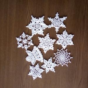 Horgolt karácsonyfadísz, hópehely, csillag, Otthon & lakás, Dekoráció, Ünnepi dekoráció, Karácsony, Karácsonyfadísz, Csipkekészítés, Horgolás, Fehér pamutfonalból horgoltam ezeket a karácsonyfa díszeket. Méretük 6 és 8 cm. között van. A garnit..., Meska