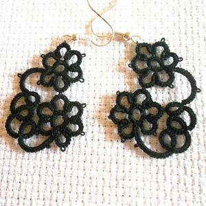 Fekete aszimetrikus hajócsipke fülbevaló, Lógós fülbevaló, Fülbevaló, Ékszer, Csipkekészítés, Csomózás, Vékony fekete pamutcérnából készül aszimetrikus fülbevaló. Két virágból készült. Hossza 3 cm.\n..., Meska