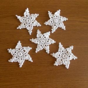 Horgolt karácsonyfadísz, hópehely, csillag, Karácsonyfadísz, Karácsony & Mikulás, Otthon & Lakás, Csipkekészítés, Horgolás, Fehér pamutfonalból horgoltam ezeket a karácsonyfa díszeket. Méretük 6cm. A garnitúra 5 db. díszt ta..., Meska