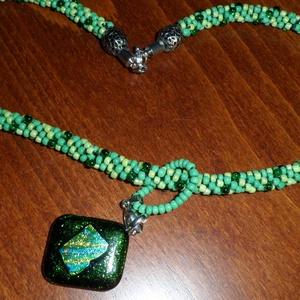smaragd csillogás, Ékszer, Medál, smaragdzöld csillogó üvegre aranyos kékes zöldes csíkokban vibráló dichroic üveget olvasztottam. A m..., Meska