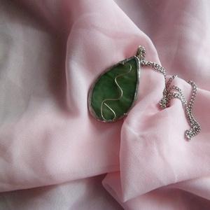 zöld hullámzó, Ékszer, Medál, Nyaklánc, Tiffany technikával készítettem ezt a medált, ezüstözött réz dróttal díszítettem. Az üveg többszínű ..., Meska