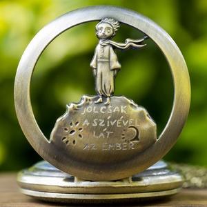 Kis herceg óra, Ékszer, Karóra & Ékszeróra, Zsebóra, Kézi gravírozott zsebóra láncon (nyaklánc).  Anyaga: Acél Átmérő: kb 4,5 cm  Kiegészítő termék: Karó..., Meska