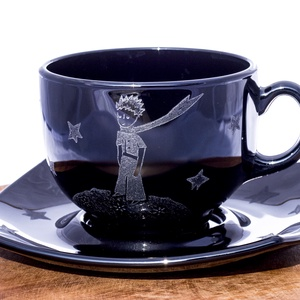 Kis herceg kávéskészlet, Otthon & Lakás, Konyhafelszerelés, Bögre & Csésze, Gravírozás, pirográfia, A készlet egy kávéscsészét (kb 2 -2,2 dl), egy csészealjat (14 cm) tartalmaz.\n\nAnyaga: edzett üveg\nA..., Meska