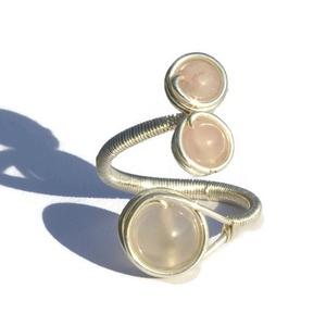 Rózsakvarc gyűrű, Többköves gyűrű, Gyűrű, Ékszer, Fémmegmunkálás, A gyűrű 8 és 6 mm-es rózsakvarc ásványgyöngyök és ezüstözött drót felhasználásával készült.\n\nA gyűrű..., Meska