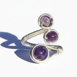 Ametiszt gyűrű, Ékszer, Esküvő, Esküvői ékszer, Gyűrű, A gyűrű 8 és 6 mm-es ametiszt ásványgyöngyök és ezüstözött drót felhasználásával készült  A gyűrű mé..., Meska