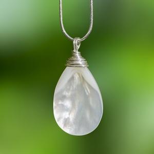 Ezüst kagyló medál, Medálos nyaklánc, Nyaklánc, Ékszer, Ékszerkészítés, Fémmegmunkálás, Egyedi, kézzel készült kagyló medál.\n20*30 mm-es gyöngyházfényű kagyló ezüst dróttal betekerve ajánd..., Meska