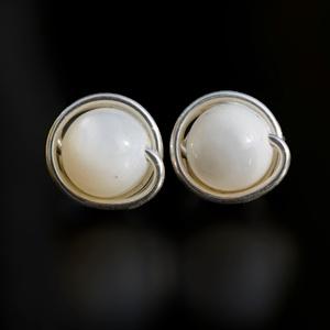 Ezüst igazgyöngy fülbevaló, Ékszer, Pötty fülbevaló, Fülbevaló, Egyedi, kézzel készült bedugós igazgyöngy fülbevaló. 6 mm-es igazgyöngy ásványgyöngy ezüst dróttal b..., Meska