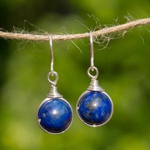 Ezüst lapis lazuli fülbevaló, Ékszer, Esküvő, Esküvői ékszer, Fülbevaló, Egyedi, kézzel készült beakasztós lazurit fülbevaló. 10 mm-es lazurit ásványgyöngy ezüst dróttal bet..., Meska