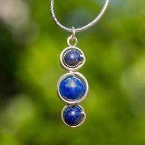 Ezüst lapis lazuli medál, Ékszer, Nyaklánc, Medál, Ékszerkészítés, Fémmegmunkálás, Egyedi, kézzel készült lazurit medál.\n8 mm-es és 6 mm-es lazurit ásványgyöngyök ezüst dróttal beteke..., Meska
