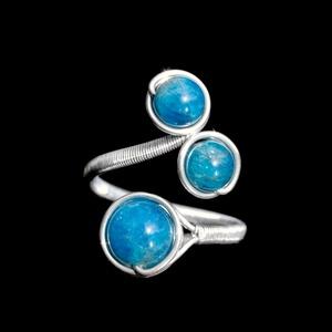 Ezüst apatit gyűrű, Esküvő, Esküvői ékszer, Ékszer, Gyűrű, Ékszerkészítés, Egyedi, kézzel készült apatit gyűrű.\n8 mm-es és 6 mm-es apatit ásványgyöngy ezüst dróttal betekerve...., Meska