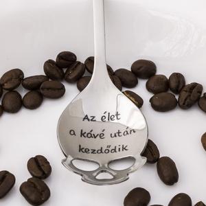 Az élet a kávé után kezdődik, Férfiaknak, Konyhafőnök kellékei, Otthon & lakás, Konyhafelszerelés, Bögre, csésze, Gravírozás, pirográfia, Kézi gravírozott koponya alakú kiskanál kávéimádóknak.\n\nAnyaga: rozsdamentes acél\nMérete: 15 cm\nFejr..., Meska