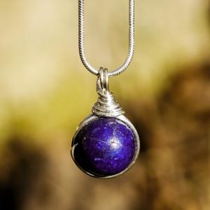 Ezüst lapis lazuli medál, Ékszer, Esküvő, Esküvői ékszer, Medál, Ékszerkészítés, Fémmegmunkálás, Egyedi, kézzel készült lazurit medál.\n12 mm-es lazurit ásványgyöngy ezüst dróttal betekerve ajándék ..., Meska