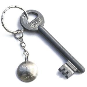 2 forint kulcstartó, Táska & Tok, Kulcstartó & Táskadísz, Kulcstartó, Fémmegmunkálás, Kézi domborított 2 Ft-os érme kulcstartó.\n\nÉrme átmérője: kb 18mm\n\nKiegészítő termék\n2 Ft fülbevaló:..., Meska