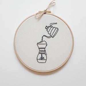 Hímzett kép - Coffee addict, Dekoráció, Otthon & lakás, Gobelin, Lakberendezés, Falikép, Varrás, Kézzel hímzett kép, 17 centiméteres fa hímzőkeretbe készült. Tökéletes dekoráció konyhádba, ha te se..., Meska