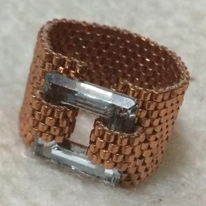 Korall gyűrű, Gyöngyös gyűrű, Gyűrű, Ékszer, Ékszerkészítés, Gyöngyfűzés, gyöngyhímzés, Peyote technikával készült, 1,6 cm széles gyűrű. 1,4 cm-es Swarovski négyzettel. A képen látható dar..., Meska