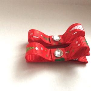 Karácsonyfa mintájú piros szmoking masnis hajcsat, Táska, Divat & Szépség, Ruha, divat, Hajbavaló, Hajcsat, Hajpánt, Ékszerkészítés, Varrás, Szalagból készítettem ezeket a karácsonyfa mintájú piros masnikat, amelyeket aligátor hajcsatra hely..., Meska