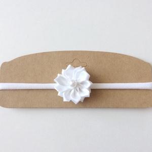 Fehér virágos puha rugalmas hajpánt, fejpánt keresztelőre, esküvőre, Hajráf & Hajpánt, Hajdísz & Hajcsat, Ruha & Divat, Varrás, Ékszerkészítés, Ezt a fehér virágos hajpántot (fejpánt) szatén szalagból készítettem. A virág közepén gyöngy találha..., Meska