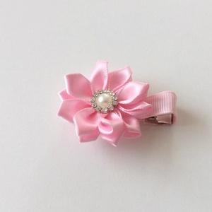 Rózsaszín virágos hajcsat , Hajcsat & Hajtű, Hajdísz & Hajcsat, Ruha & Divat, Varrás, Ékszerkészítés, Ezt a rózsaszín virágot szatén szalagból készítettem, 4,5 cm-es  aligátor hajcsatra helyeztem el. A ..., Meska
