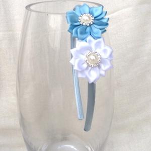 Kék és fehér virágos hajpánt, Hajráf & Hajpánt, Hajdísz & Hajcsat, Ruha & Divat, Varrás, Ékszerkészítés, Ezt a kék és fehér virágos hajpántot szatén szalagból készítettem kanzashi technikával. A virág köze..., Meska