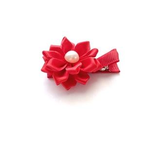 Piros virágos hajcsat , Táska, Divat & Szépség, Hajbavaló, Ruha, divat, Hajcsat, Varrás, Ékszerkészítés, Ezt a piros virágot szatén szalagból készítettem, 4,5 cm-es  aligátor hajcsatra helyeztem el. A hajc..., Meska