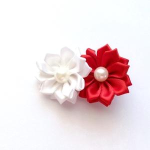 Piros és fehér virágos hajcsat, Hajcsat & Hajtű, Hajdísz & Hajcsat, Ruha & Divat, Varrás, Ékszerkészítés, Ezeket a piros és fehér virágokat szatén szalagból készítettem, és 4,5 cm-es aligátor hajcsatra hely..., Meska