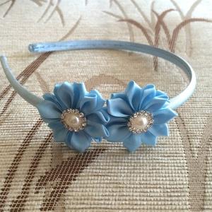 Kék virágos hajpánt, Hajráf & Hajpánt, Hajdísz & Hajcsat, Ruha & Divat, Varrás, Ékszerkészítés, Ezt a kék virágos hajpántot szatén szalagból készítettem kanzashi technikával. A virág közepén gomb ..., Meska