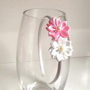 Rózsaszín és fehér virágos hajpánt, Hajráf & Hajpánt, Hajdísz & Hajcsat, Ruha & Divat, Varrás, Ékszerkészítés, Ezt a rózsaszín és fehér virágos hajpántot szatén szalagból készítettem kanzashi technikával. A virá..., Meska