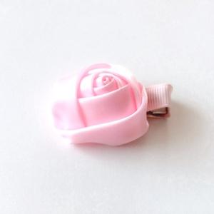 Rózsaszín rózsás hajcsat, Táska, Divat & Szépség, Hajbavaló, Ruha, divat, Hajcsat, Varrás, Ékszerkészítés, Ezt a rózsaszín rózsát szatén szalagból készítettem, 4,5 cm-es aligátor hajcsatra helyeztem el. \nA h..., Meska