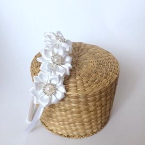 Fehér virágos hajpánt, Hajráf & Hajpánt, Hajdísz & Hajcsat, Ruha & Divat, Varrás, Mindenmás, Ezt a fehér virágos hajpántot szatén szalagból készítettem. A virág közepén strasszköves gomb találh..., Meska