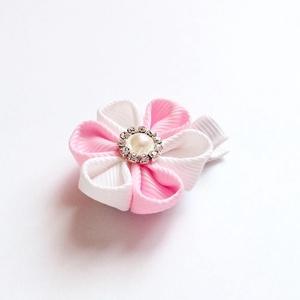 Rózsaszín és fehér virágos hajcsat, kitűző, bross, Táska, Divat & Szépség, Hajbavaló, Ruha, divat, Hajcsat, Varrás, Ékszerkészítés, A virágot rózsaszín és fehér szalagból készítettem, 4,5 cm-es aligátor hajcsatra helyeztem el. A haj..., Meska