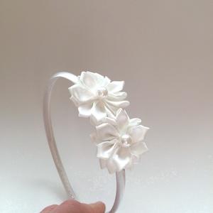 Fehér virágos hajpánt, Hajráf & Hajpánt, Hajdísz & Hajcsat, Ruha & Divat, Varrás, Mindenmás, Ezt a fehér virágos hajpántot szatén szalagból készítettem. A virág közepén fehér gyöngy található.\n..., Meska