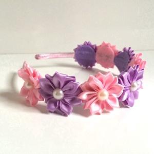 Rózsaszín és lila virágos hajpánt, Hajráf & Hajpánt, Hajdísz & Hajcsat, Ruha & Divat, Varrás, Ékszerkészítés, Ezt a rózsaszín és lila virágos hajpántot szatén szalagból készítettem. A virág közepén lapos hátú g..., Meska
