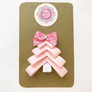 Rózsaszín karácsonyfa hajcsat karácsonyra, mikulásra, fotózásra, Táska, Divat & Szépség, Ruha, divat, Hajbavaló, Hajcsat, Otthon & lakás, Dekoráció, Ünnepi dekoráció, Karácsony, Ékszerkészítés, Varrás, Karácsonyi kis ruha tökéletes kiegészítője ez a karácsonyfás hajcsat.\n\nA fenyőfát szalagból készítet..., Meska