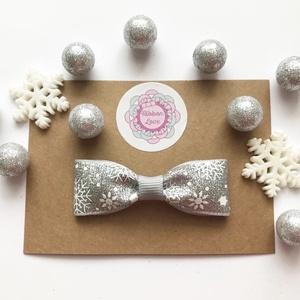 Szürke (ezüst) alapon hópehely mintás masnis hajcsat karácsonyi fotózásra, Táska, Divat & Szépség, Ruha, divat, Hajbavaló, Hajcsat, Hajpánt, Ékszerkészítés, Varrás, Fotózásra, ünnepi alkalomra tökéletes választás ez a szürke (ezüst) alapon hópehely mintás, csillogó..., Meska