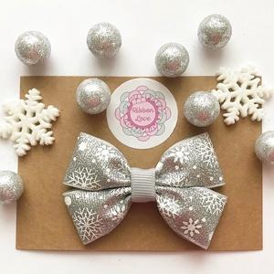 Szürke (ezüst) alapon hópehely mintás dupla masnis hajcsat karácsonyi fotózásra, Táska, Divat & Szépség, Ruha, divat, Hajbavaló, Hajcsat, Hajpánt, Ékszerkészítés, Varrás, Fotózásra, ünnepi alkalomra tökéletes választás ez a szürke (ezüst) alapon hópehely mintás csillogós..., Meska