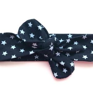 Sötétkék alapon világoskék csillag mintás masnis (csomózott) pamut jersey fejpánt / hajpánt, Gyerek & játék, Táska, Divat & Szépség, Ruha, divat, Hajbavaló, Hajpánt, Varrás, Ékszerkészítés, Szuper aranyos divatos kiegészítő ez a pamut fejpánt!\n\nNagyon jó minőségű pamut anyagból készült, am..., Meska