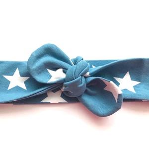 Kék alapon fehér csillag mintás masnis (csomózott) pamut jersey fejpánt / hajpánt, Gyerek & játék, Táska, Divat & Szépség, Ruha, divat, Hajbavaló, Hajpánt, Varrás, Ékszerkészítés, Szuper aranyos divatos kiegészítő ez a pamut fejpánt!\n\nNagyon jó minőségű pamut anyagból készült, am..., Meska
