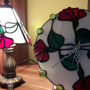 Tiffany lámpa , óra, Lakberendezés, Otthon & lakás, Dekoráció, Képzőművészet, Lámpa, Üvegművészet, Tiffany tecnikával spectrum üvegből készült.\nÁtmérője 26cm. , Meska