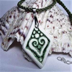 RIKA AromaÉkszer nyaklánc illatosítható zöld szív motívumos kerámiamedállal, Ékszer, Nyaklánc, Medál, Kerámia, Ékszerkészítés, Zöld sodrott selyemzsinór nyaklánc, fehér-zöld szív motívumos, rombusz alakú aromamedállal.\nEgyedile..., Meska