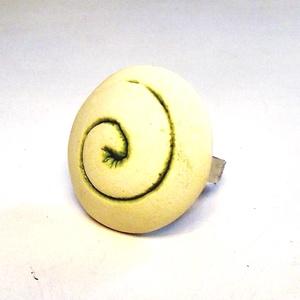 """Illatosítható zöld spirál mintás kerámiagyűrű, Ékszer, Gyűrű, Magyar motívumokkal, Táska, Divat & Szépség, Ékszerkészítés, Kerámia, RIKA AromaÉkszer \""""Spirál\"""" kollekció darabja ez a fehér agyagból készült, rusztikus felületű, zöld sp..., Meska"""
