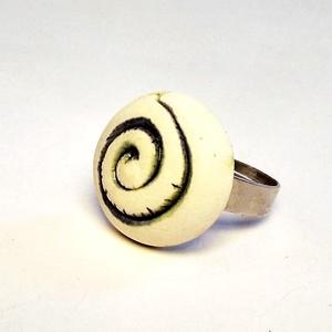 Illatosítható kékes-zöld spirál mintás kerámiagyűrű, Ékszer, Gyűrű, Magyar motívumokkal, Táska, Divat & Szépség, Ékszerkészítés, Kerámia, Egyedileg, kézzel mintázott, rusztikus felületű, fehér alapon kék - zöld spirálmintás illatosítható ..., Meska