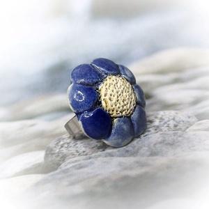 Illatosítható kék virágos kerámiagyűrű, Ékszer, Gyűrű, Táska, Divat & Szépség, Ékszerkészítés, Kerámia, Nem mindennapi meglepetés lehet ez az aromagyűrű, melynek kerámiadísze fehér agyagból, kézi formázás..., Meska