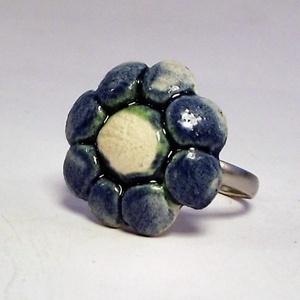 Illatosítható kis kék virágos kerámiagyűrű, Ékszer, Gyűrű, Táska, Divat & Szépség, Ékszerkészítés, Kerámia, Nem mindennapi meglepetés lehet ez az aromagyűrű, melynek kerámiadísze fehér agyagból, kézi formázás..., Meska
