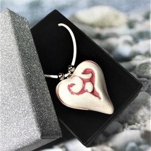 Aromaterápiás nyaklánc illatosítható fehér-rózsaszín szív motívumos kerámiamedállal - születésnapra névnapra ajándék, Medálos nyaklánc, Nyaklánc, Ékszer, Kerámia, Ékszerkészítés, Elegáns, ezüst-fekete díszdobozban, ajándékozásra készen küldjük ezt a romantikus hangulatú illatosí..., Meska