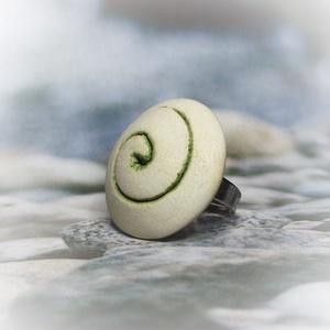 """Illatosítható zöld spirál mintás kerámiagyűrű, Statement gyűrű, Gyűrű, Ékszer, Ékszerkészítés, Kerámia, RIKA AromaÉkszer \""""Spirál\"""" kollekció darabja ez a fehér agyagból készült, rusztikus felületű, zöld sp..., Meska"""